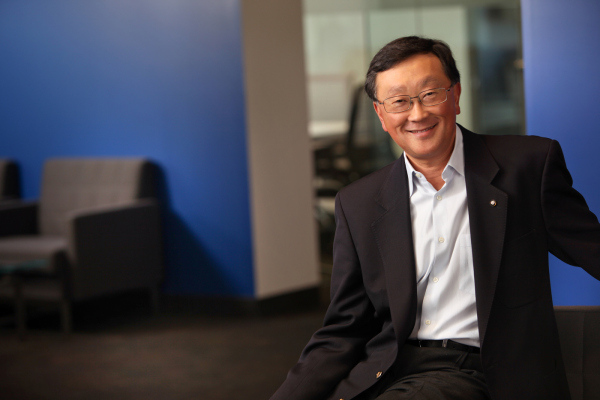 "BlackBerry CEO John Chen Calls iPhone Users ""Wall Huggers"""